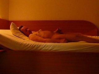 04 knabe nackt im bett beim wichsen naked schwul